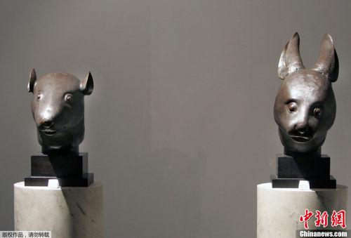 图为2009年2月21日,兔首和鼠首在法国巴黎大皇宫展出。(资料图)