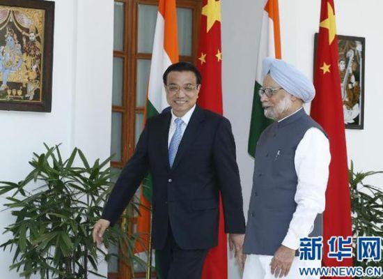 5月20日,中国国务院总理李克强在新德里与印度总理辛格举行会谈。这是李克强与辛格步入会谈大厅。 新华社记者鞠鹏摄