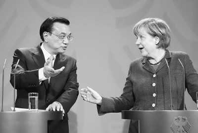 5月26日,国务院总理李克强在柏林与德国总理默克尔举行会谈后共同会见记者。新华社记者鞠鹏摄