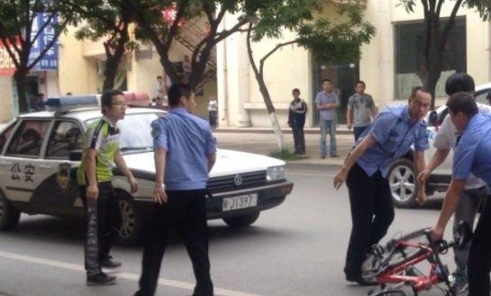 事发时经过一辆警车,但未做任何停留。 (网友提供)