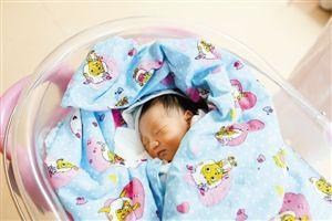 护士妈妈轮流喂奶被弃男婴睡得好香