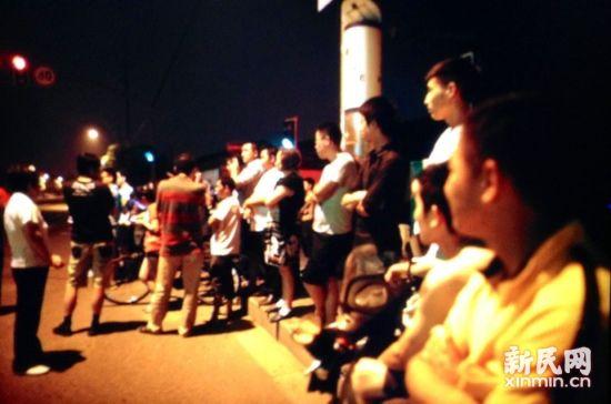 事发地点聚集了围观群众。
