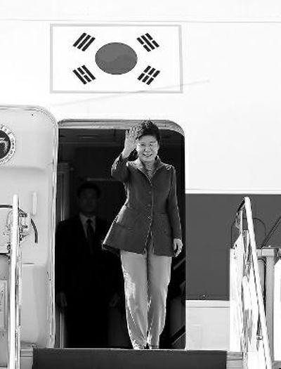 昨日下午,朴槿惠抵达西安咸阳国际机场 CFP供图
