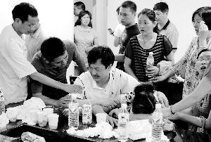 噩耗袭来,王琳佳父母(中)嚎啕大哭,在周边老师与亲戚的搀扶下才坐稳。