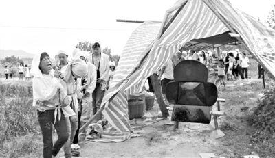 昨日傍晚,湖南临武瓜农邓正加的遗体下葬,图为下葬现场。新京报记者 周清树 摄