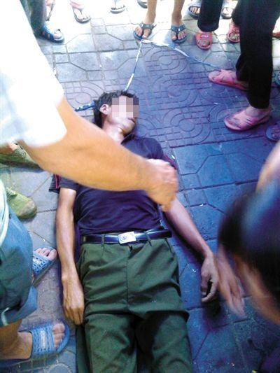 瓜农邓正加的尸体停放在事件发生的现场。死者家属供图