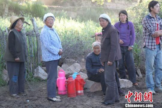受灾民众喝热水已经没有问题。 张玉玺 摄