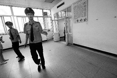 今天上午,天坛医院ICU病房外,4名保安现场看守,不透露被摔女童的消息 摄/记者 杨益
