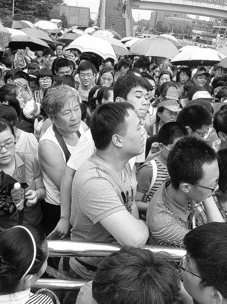 北京大学东门排队入校的人群