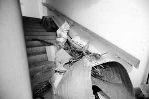 建筑垃圾遗撒在楼道。晨报记者 史春阳/摄