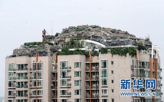 位于北京市海淀区白石桥路45号人济山庄小区B栋楼顶的假山别墅(8月12日摄)。