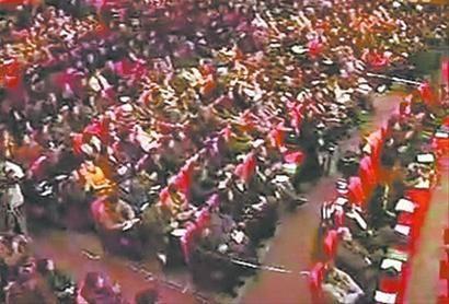 2004年12月20日,沈阳八一剧场爆满,不少沈阳市民乃至郊区居民也赶来参加张必清的讲座。 视频截图