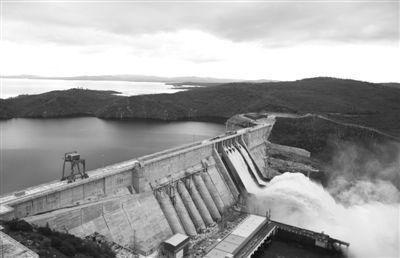 当地时间8月16日,俄罗斯阿穆尔河,水库泄洪。哈巴罗夫斯克市市长签署命令,城市进入紧急状态,原因是阿穆尔河水位可能上涨至临界水平。东方IC