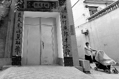 受害女婴事发前住在奶奶家。8月17日,记者赶到时,发现大门紧闭,据邻居说已经十几天没开门了图/孟真