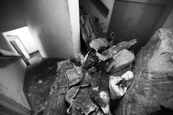 被拆除的山体废料堆在楼道转角 摄/记者吴海浪