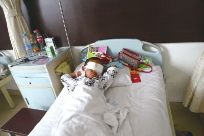 ▲27日,在山西省眼科医院的病房,斌斌躺在病床上。 中新社发
