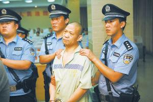 被告人刘会民等在审判席上。 李宏 摄