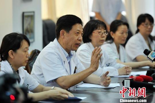 山西省眼科医院院长贾亚丁向媒体通报小斌斌(化名)伤情细节。 韦亮 摄