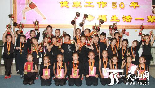和静县乌兰牧骑少儿舞蹈队的演员们展示获得的