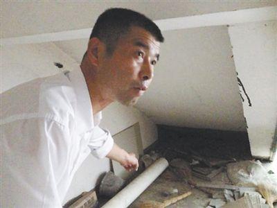 9月16日,陈新平带记者看当年发现妻子尸体的地方。 新京报记者 卢美慧 摄