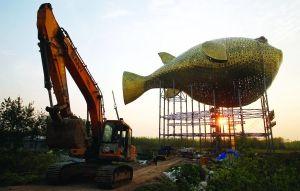昨天,扬中市西沙岛,正在施工的河豚塔金光闪闪