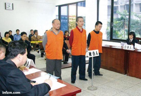 2008年10月13日,群殴凉面小贩致死的三名城管在重庆市五中院受审,他们分别被判无期徒刑、12年、11年。 (南方周末资料图/图)