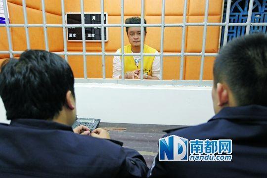格祺伟接受警方审讯。警方供图