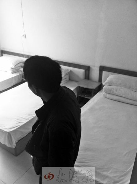 在儿子事发所在的房间内,云文超无限哀伤。