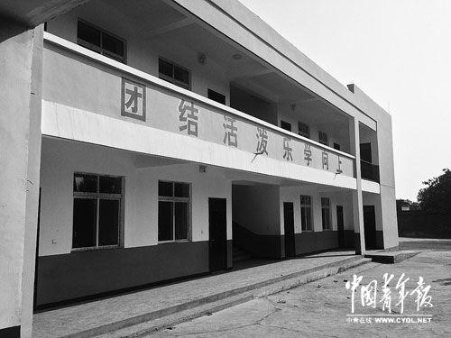 2011年春节前,鹤壁高中校长翟××为感谢冯哲给予鹤壁市高中的关注,到