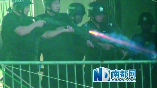 视频截图:警察使用了防暴枪。