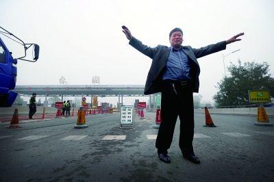 今天上午,京哈高速的台湖收费站,等着高速开放时,司机做起了操      摄/法制晚报记者 黑克