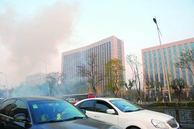 今晨,位于太原市迎泽大街的山西省委附近连续发生爆炸。警方已封锁现场,事件正调查中;