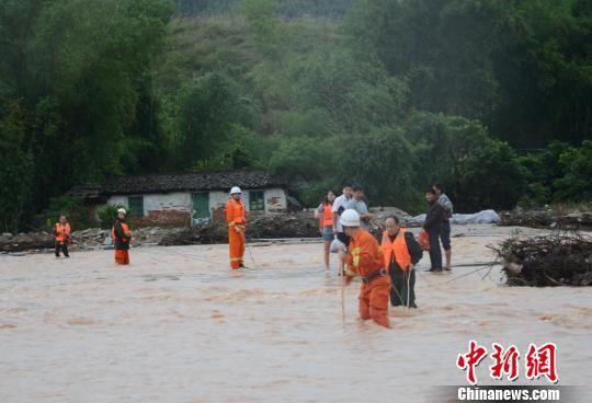 将上思县念伦水库附近的8名被困民众救出。 曾春 摄