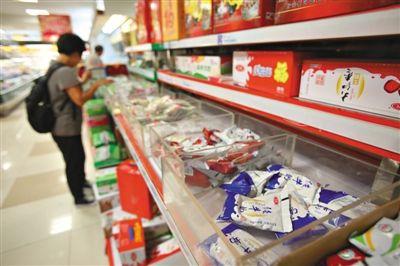 9月9日,方庄一家大型超市内,货架上摆放着各种牛奶。新京报记者 黄月 摄