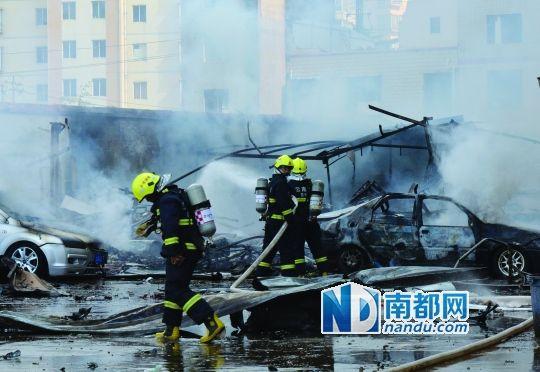 消防员在清理现场。昨日,昆明前卫西路永丰商住城一个待拆迁商铺发生爆炸。IC图