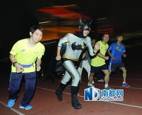 前天,广州体育学院,参加完广州马拉松培训课后的选手。南都记者 邹卫 摄