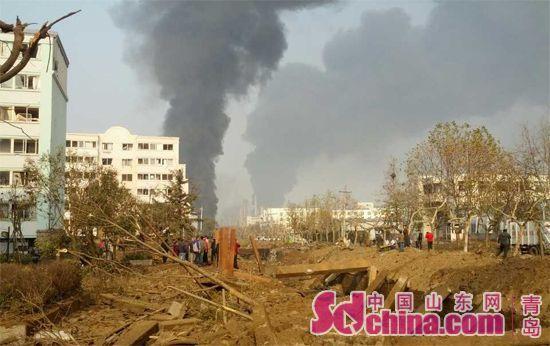 22日上午9时许,位于青岛黄岛的中石化黄潍输油管发生一起爆炸事故,现场浓烟冲天。