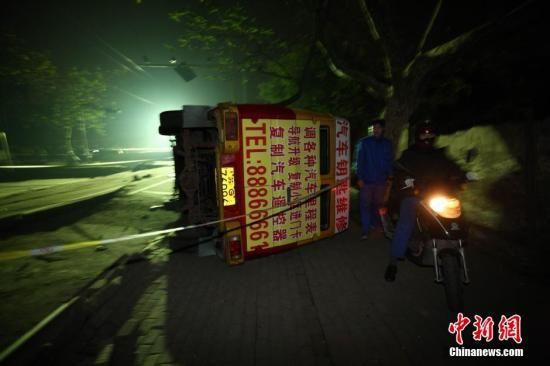 11月22日凌晨3点,位于青岛黄岛区的中石化输油储运公司潍坊分公司输油管线破裂,事故发现后,约3点15分关闭输油。上午10点30分许发生爆燃。截止目前,事故已造成35人死亡。图为当日晚拍摄的青岛中石化输油管线泄露起火事故现场。中新社发 徐崇德 摄