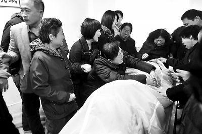 家属在青岛大学附属医院认领遗体供图/CFP