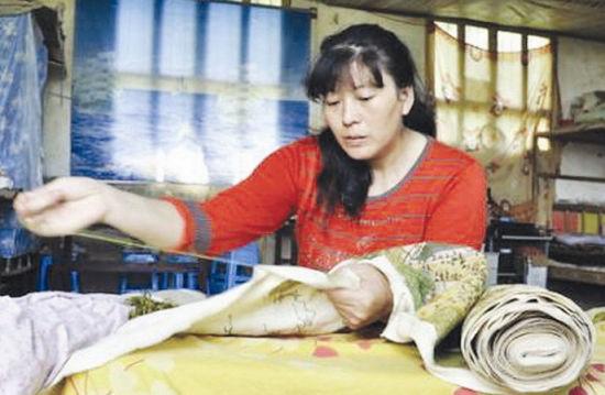 姚厚芝:绝症母亲为孩子留学费  耗时3年绣出《清明上河图》