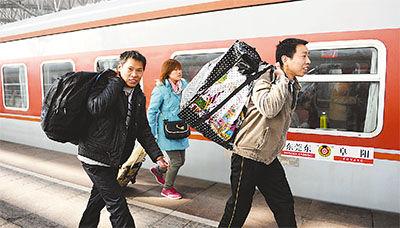 农民工从阜阳坐火车去东莞打工。   戴文学摄