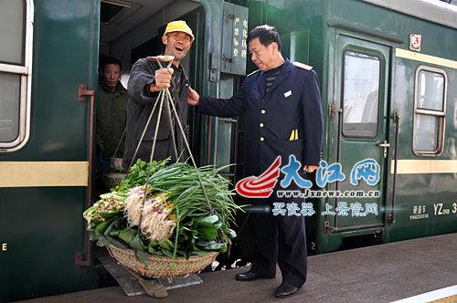 挑着菜篮坐火车,新鲜