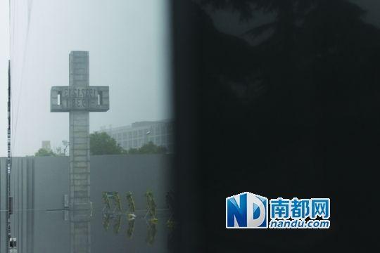 侵华日军南京大屠杀遇难同胞纪念馆,黑色的大理石上映出纪念碑,上面铭刻着:1937年12月13日。 南都记者 高龙 摄