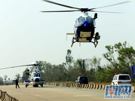 参与行动的警用直升机起飞。容础文 摄