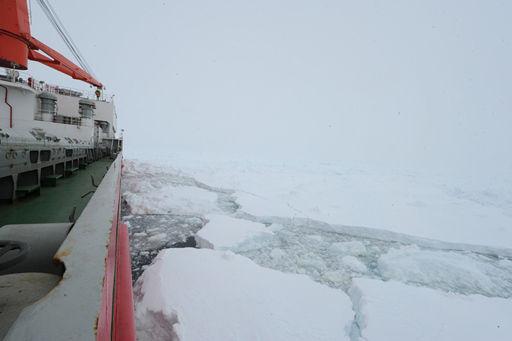 """""""雪龙""""船游舷一侧的浮冰有所松动。图片来源:国家海洋局"""