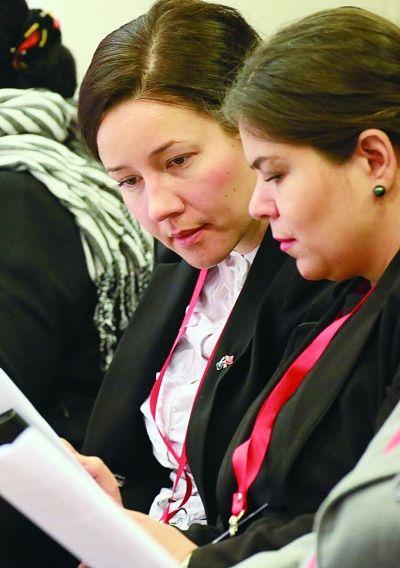 外国使领团阅读政府工作报告 摄/法制晚报记者 付丁