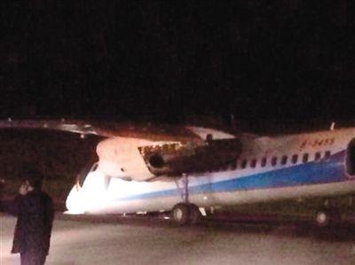 """目击者拍摄的图片显示,事故飞机前倾""""亲吻""""跑道,一名男子在一侧拨打电话。网络截图"""