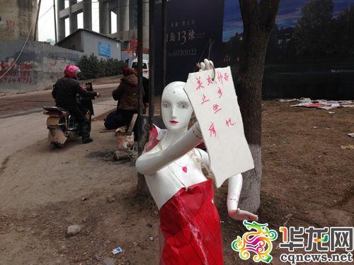 摩托美女止步坐美女摩的铁链女仆边用塑料模衣被套公路司机扒帅哥图片