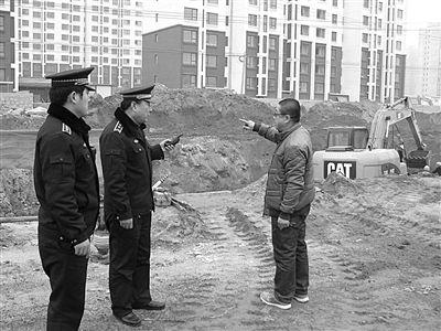 昨日,昌平沙河镇三水青清别墅区门口的工地因土方未苫盖被责令整改。昌平城管供图