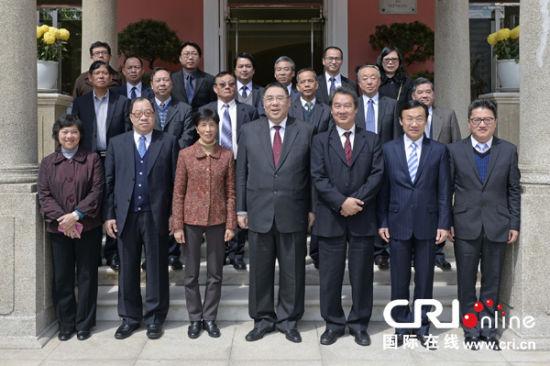 崔世安24日在政府总部会见澳门工会联合总会会长何雪卿及新一届领导层,就广泛劳工事务交换意见
